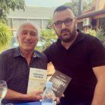 Shkrimtari Mr.Florent Selca shpërndan librat e tij dhe në Deçan