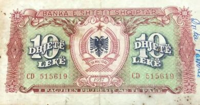 Kryetari i F.Popullor Agim Xhigoli na sjellë paran (lekun shqiptar) të 24 maj 1944 në kohën e Enver Hoxhes lavdishem